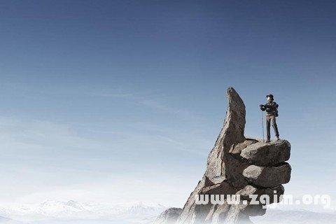 人物高处看风景图片
